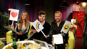 Eini, Eino ja Mikko sohvalla emojien kanssa.
