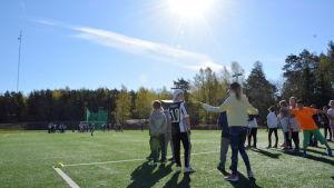 Elever i Amosparkens skola övar inför Stafettkarnevalen.