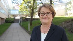 Vicerektor Riitta Pyykkö utanför Turun Yliopisto