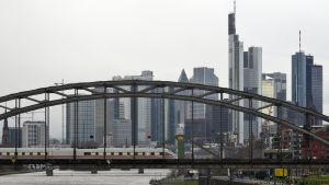 Tåg kör över bro i Frankfurt.