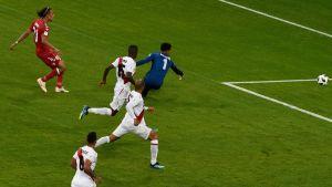 Yussuf Poulsen gör mål mot Peru