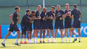 England lär låta stjärnorna vila i gruppspelsfinalen mot Belgien.