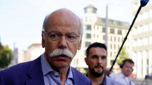 Daimler AG:s styrelseordförande lämnar ett möte vid tyska trafikministeriet i juni 2018.