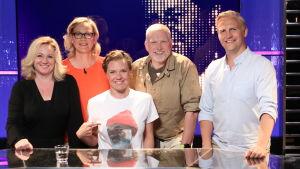 Lagkaptenerna Maria Sid och Janne Grönroos i tv-studion tillsammans med gästerna Eva Biaudet och Pata Degerman och programledare Sonja Kailassaari.