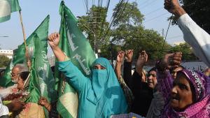 Pakistanska kvinnor firar frigivningen av ex-premiärministern Nawaz Sharif, i Lahore i Pakistan.