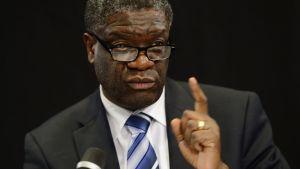 Den kongolesiska gynekologen Denis Mukwege i närbild.