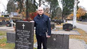 Kyrkoherde Bo-Göran Åstrand i Jakobstad vid de avrättades gemensamma gravsten
