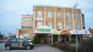 En bild på ett köpcentrum i Ekenäs som heter Formis. På köpcentret finns utmärkt vilka företag som verkar där.