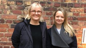 Marina Meinander och Nora Rosendahl untaför Efter Nio studion