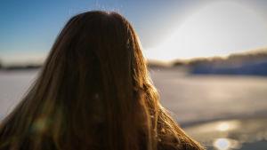 Kuvassa anonyymi nainen rannalla, Marjaniemi, 11.1.2019.