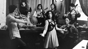 Hortto Kaalo -yhtyeen jäseniä soittimineen mustavalkokuvassa vuonna 1972.