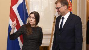 Katrin Jakobsdottir och Juha Sipilä diskuterar.