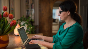 kvinna sitter vid dator och skriver