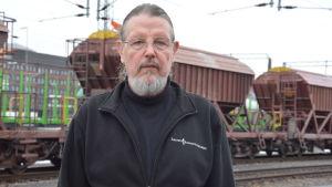 Pertti Sundqvist framför tågvagnar.