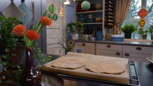 Gräddade mandelbottnar på ett galler i ett kök