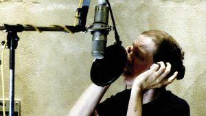 Scott Walker laulaa studiossa vuonna 2005. Kuva dokumenttielokuvasta.