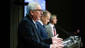 Jean-Claude Juncker och Donald Tusk på en presskonferens i Bryssel.