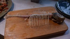 Fiskben från braxen på en skärbräda