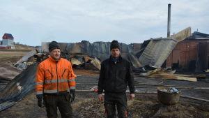 Benny Lillbacka och Tommy Lillbacka framför den nedbrunna svingården.