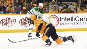 Mattias Ekholm käkar puck i Stanley Cup-slutspelet.
