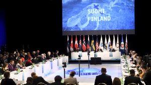 Timo Soini håller tal på det Arktiska rådets möte.