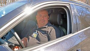 Taxichauffören Thomas Vihmo i sin taxi.