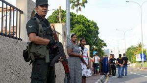 En soldat på vakt  vid en kyrka 12.5.2019 i Sri Lanka