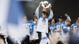 Finska ishockeylandslaget firar guldvinsten i Kajsaniemi.