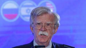 President Donald Trumps säkerhetsrådgivare John Bolton under en presskonferens i Jerusalem