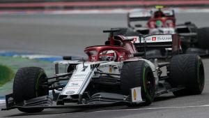 Kimi Räikkönen kör i en kurva.