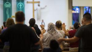 Människor ber efter skjutningen i El Paso, Texas som krävde 20 dödsoffer.