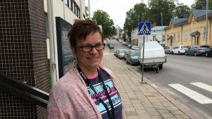 Linda Suominen står vid Henriksgatan vid Akademikvarteren i Åbo.