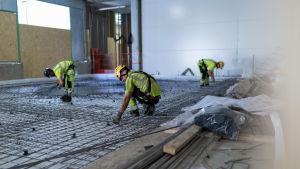 Työmiehiä raudoittamassa maavaraista lattiaa, HUSin Siltasairaalan rakennustyömaa, Meilahti, Helsinki, 28.8.2019.
