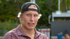 Hockeyspelaren Patrik Laine i civila kläder.