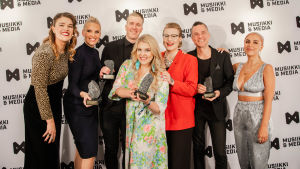 YleX:n väkeä voittamiensa Industry Awards -palkintojen kanssa.