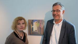 En allvarlig Minna Nikander står bredvid en leende Hans-Erik Lindqvist.