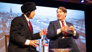 President Koivisto (Matti Raita) i samtal med den ryska storledaren (Tanja Ljungqvist)