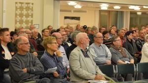 Församlingshemmet i Veikkola drog fullt hus under informationskvällen.