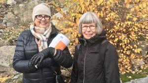 Riitta Ojala och Ritva Koittola står ute bland höstlöven.