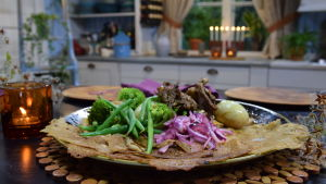 Injera kera etiopialaisen kanapadan tarjoiluastialla keittiön pöydällä