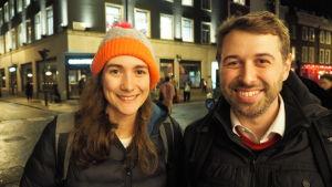 Lottie och Mattie står bredvid varandra och ler vid en vägkorsning i London.