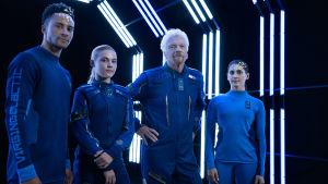 Avaruusturismiyhtiö Virgin Galacticin perustaja Richard Branson ja muita malleja yhtiön avaruuspuvuissa.