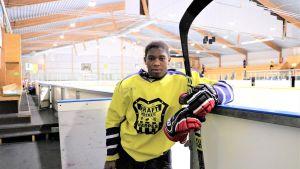 Leo Brännback i hockeyutrustning i ishallen i Närpes där han spelar i Kraft Hockey