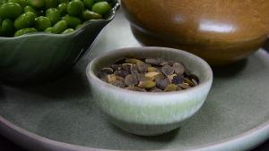 Pumpafrön i en skål på ett bord