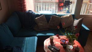 Skriventens soffa, bord och tomma koppar