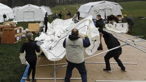 En hjälporganisation byggde upp ett tältsjukhus i Central Park i New York på söndagen.