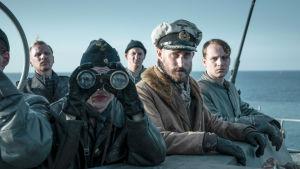 Sukellusveneen miehistö kiikaroi ulapalla