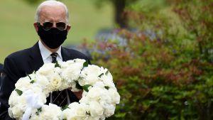 Joe Biden som lägger ner en krans.