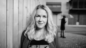Svartvit bild av en leende Hannah Norrena