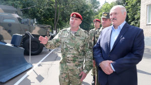 Vitrysslands president Aleksandr Lukasjenko bekantar sig med kravallpolisens utrustning